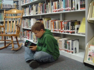 Reading over the summer is a great way to keep your child's mind engaged! (Image Credit: http://library.brunsco.net/)